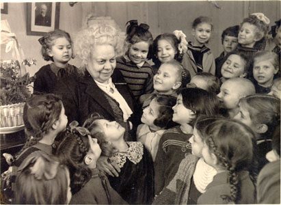 Elena Fabianovna Gnesina with pupils