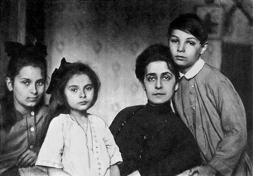 Tatiana Schlözer with her children Ariadna, Marina and Julian